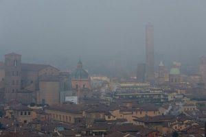 Bologna avvolta nello smog