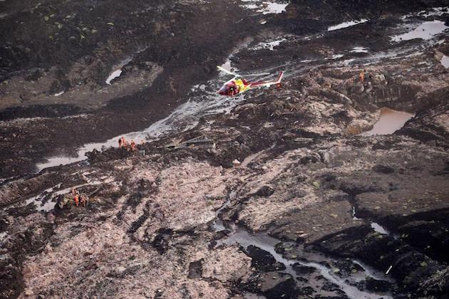 L'immagine di una diga crollata in Brasile