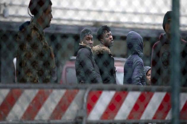 Immagine di migranti sgomberati dal Cara di Castelnuovo di Porto