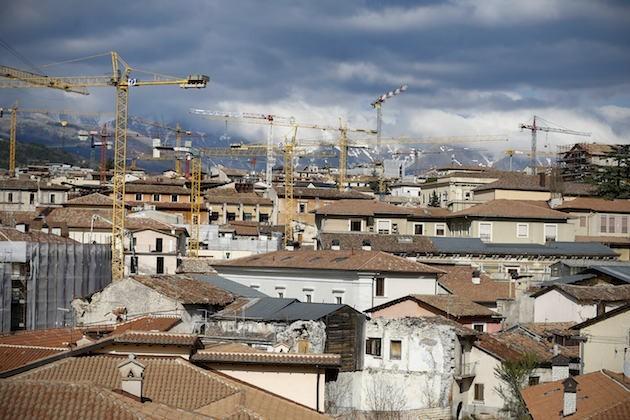 L'immagine dei cantieri in corso a L'Aquila