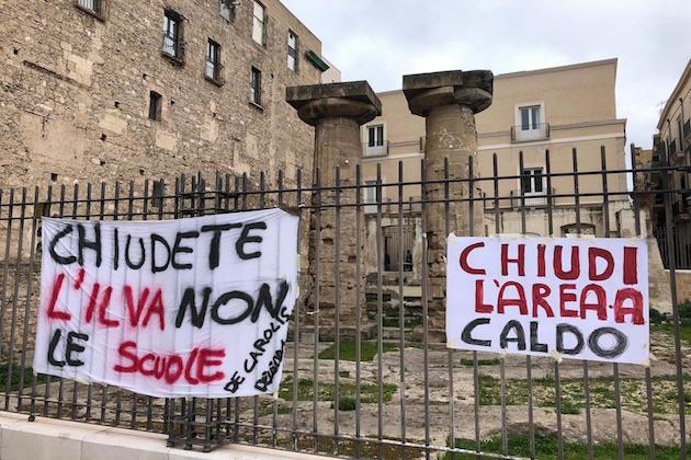L'immagine di una protesta per l'ex Ilva di fronte al Municipio di Taranto
