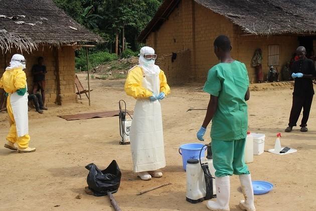 Foto. Dopo aver rimosso i guanti esterni che indossava, l'operatore di MSF si prepara a rimuovere il resto del suo equipaggiamento personale protettivo, dopo aver subito la decontaminazione