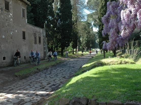 Escurisionisti sull'Appia Antica_bootstrap_res_photo