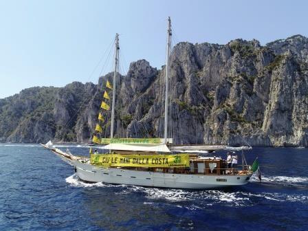 foto della Goletta Verde durante la navigazione