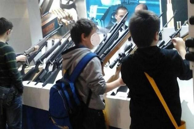 """immagine di due minori che maneggiano fucili a """"Hit Show"""""""