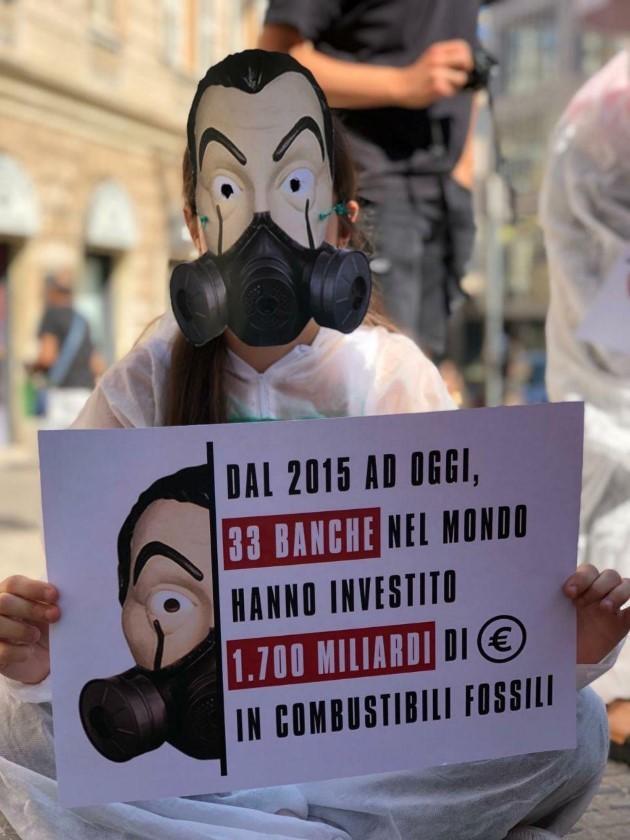 manifestazione contro le banche che finanziano l'industria fossile