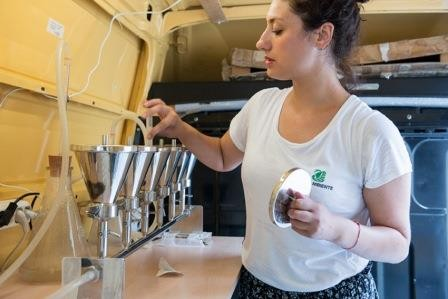 foto di analisi nel laboratorio di Goletta Verde
