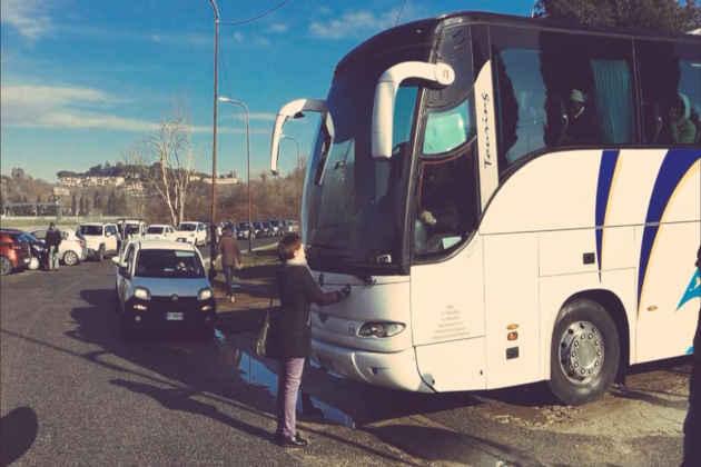 L'immagine di Rossella Muroni che blocca un bus con a bordo migranti in uscita da un Cara