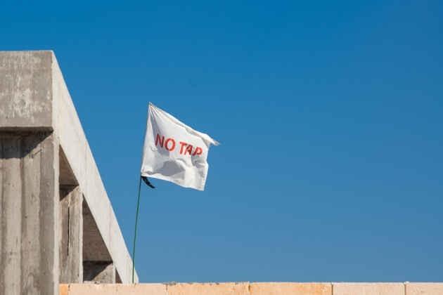 """Una bandiera con scritto """"No Tap"""""""