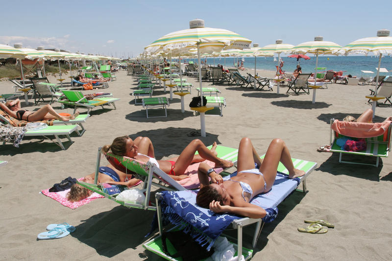 immagine di bagnanti che prendono il sole sulla spiaggia di Ostia