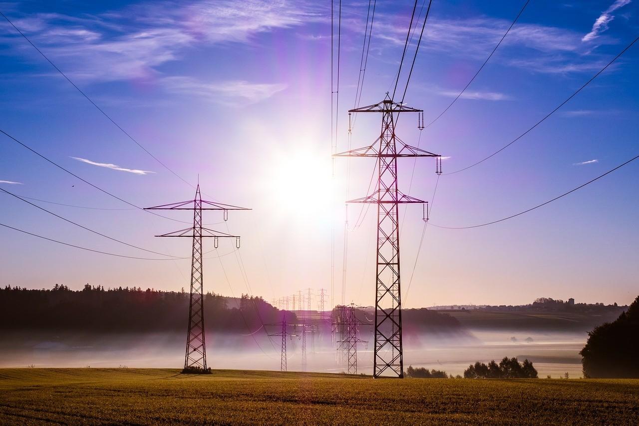 L'immagine di pilone dell'elettricità installati su campi agricoli