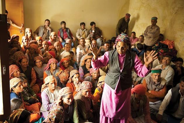 Rashmi Devi Interviene Durante Un Consiglio Del Suo Villaggio, Randal