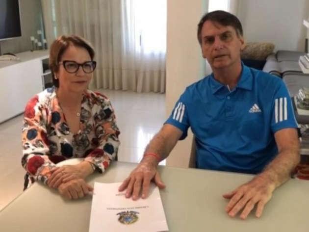 una foto che ritrae Tereza Cristina Dias con Bolsonaro