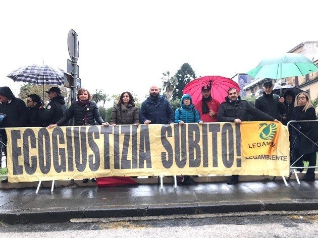 Una fotografia delle proteste di Legambiente a Caserta
