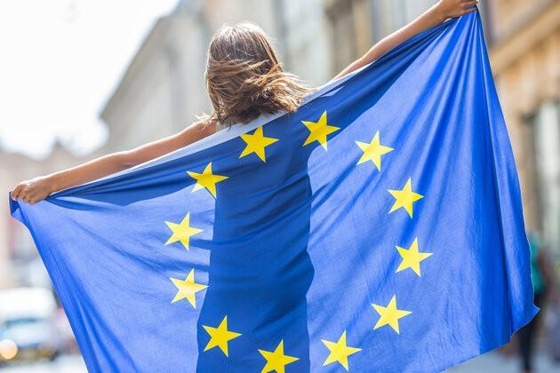 Una ragazza con la bandiera dell'UE