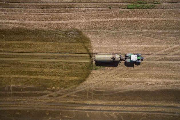 L'immagine di un trattore in un campo