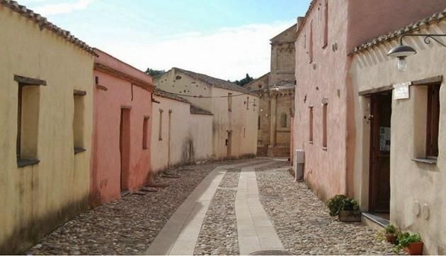 immagine di strade vuote in un piccolo comune italiano