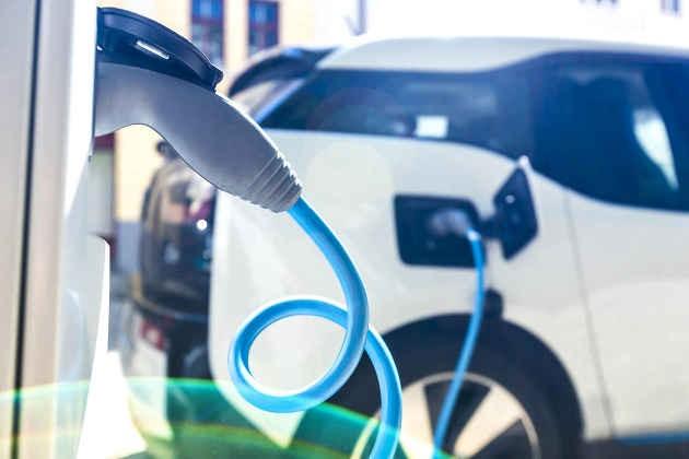 L'immagine di una colonnina di ricarica di un'auto elettrica