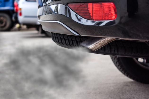 L'immagine di un'auto inquinante