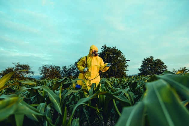 Un operatore utilizza erbicidi in un terreno agricolo