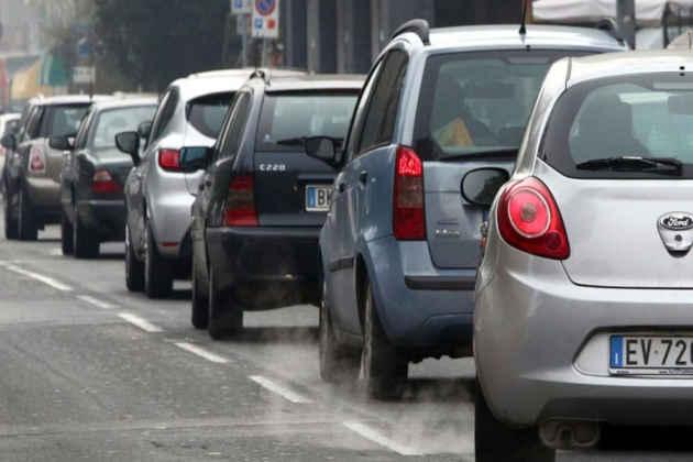 L'immagine di auto inquinanti