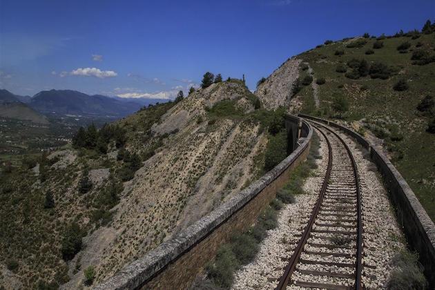L'immagine dei binari di una ferrovia dismessa