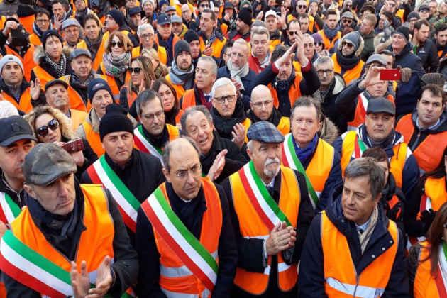 La protesta dei gilet arancioni a Bari