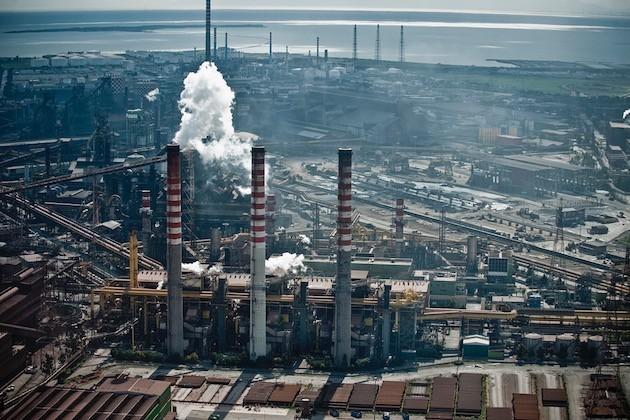 Veduta dall'alto degli stabilimenti siderurgici di Taranto