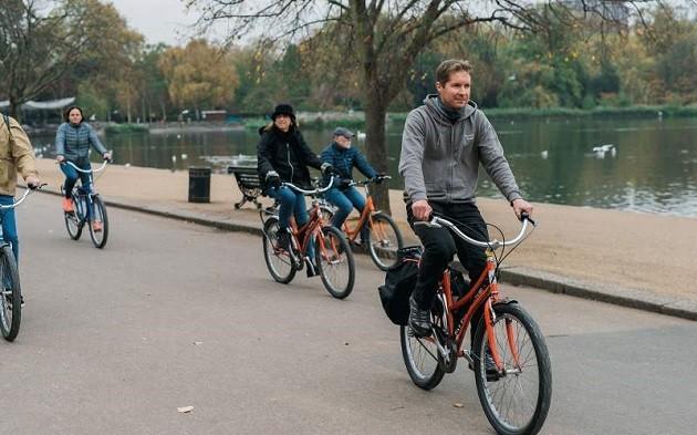 immagine di un gruppo di persone in bici a Londra