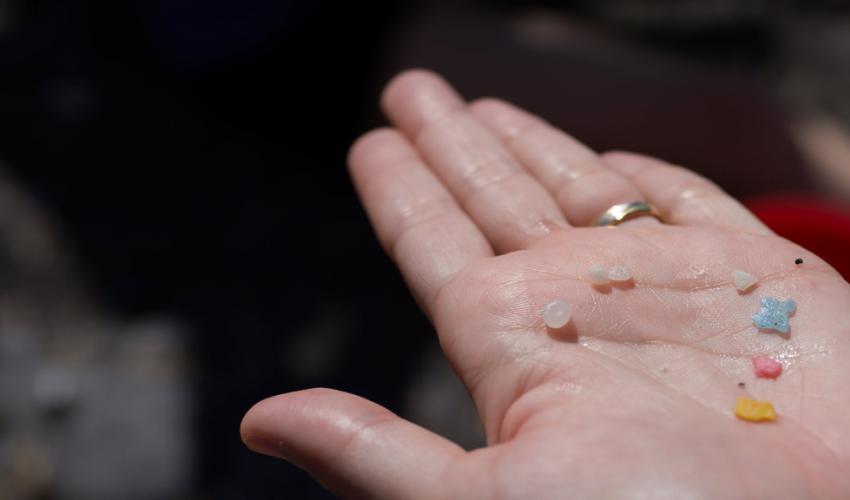 immagine di microplastiche su un palmo di mano