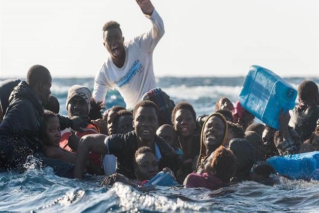 L'immagine di migranti in cerca di soccorso nel Mediterraneo