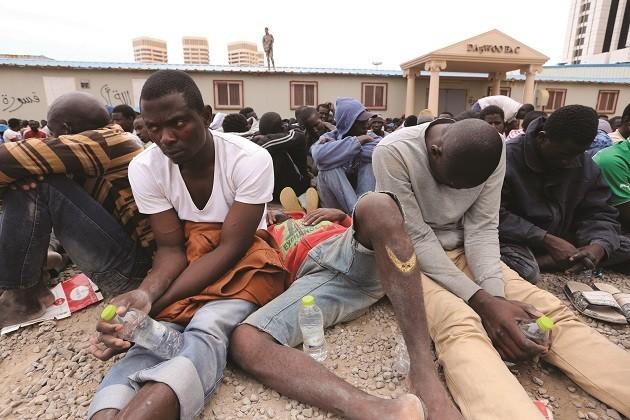 immagine di migranti imprigionati in Libia