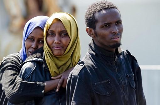immagine di tre persone richiedenti asilo