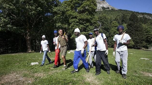 Un gruppo di migranti al lavoro in un Comune piemontese