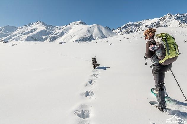 L'immagine di un escursionista in una montagna innevata