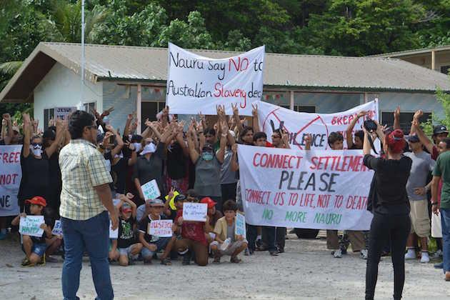 Immagine di una protesta di rifugiati sull'isola di Nauru