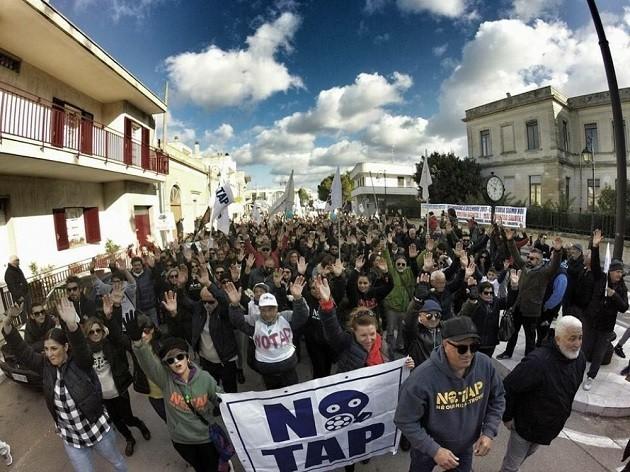 """immagine di una manifestazione """"No Tap"""""""