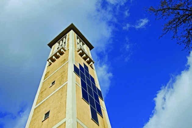 L'immagine di una chiesa con dei pannelli solari