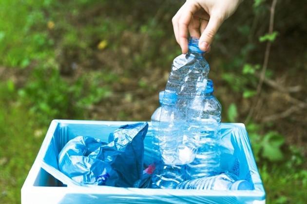 L'immagine di bottigliette in plastica