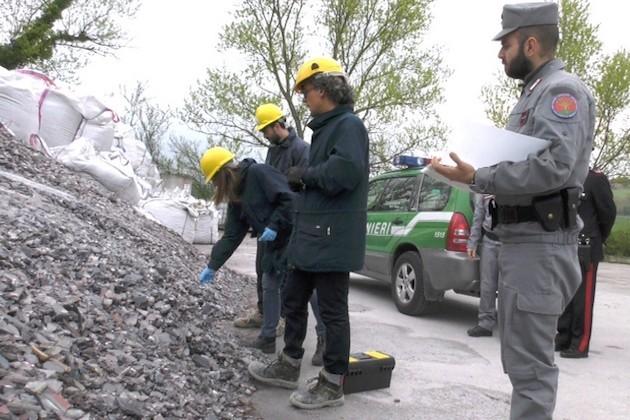 L'immagine di Carabinieri Forestali che sequestrano rifiuti pericolosi nelle Marche