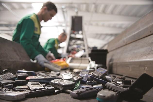 immagine di due operai impegnati nello smaltimento dei rifiuti hi-tech
