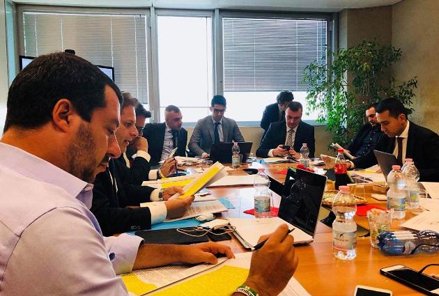 immagine di Salvini e Di Maio, insiema ed altri, intorno a un tavolo