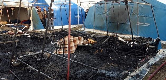 San Ferdinando, l'immagine dell'incendio di una tendopoli