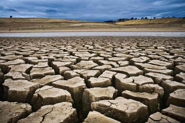 L'immagine di un campo arido in Italia