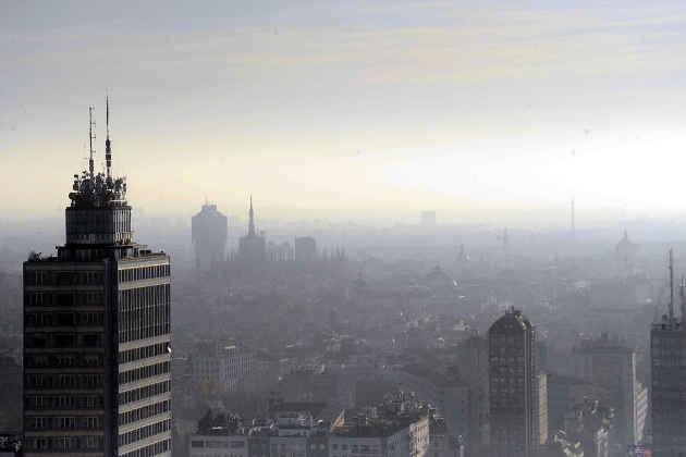Un'immagine di Milano avvolta nello smog