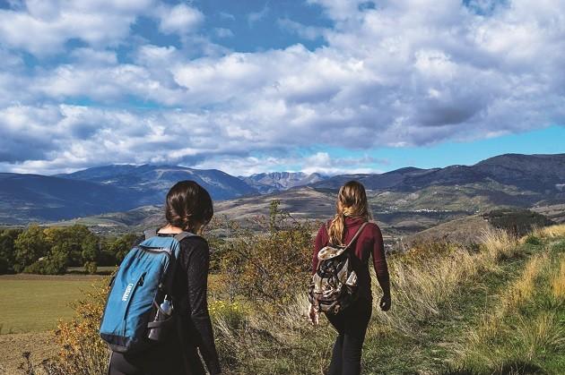 immagine di due ragazze mentre fanno trekking
