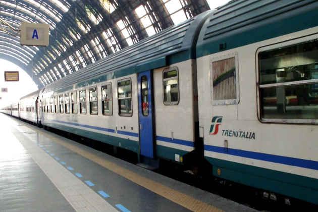Un treno regionale in una stazione nelle Marche