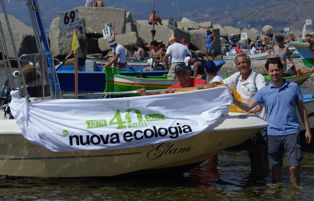 L'imbarcazione di Nuova Ecologia alla Traversata dello Stretto (foto di Luca Scaldaferri)