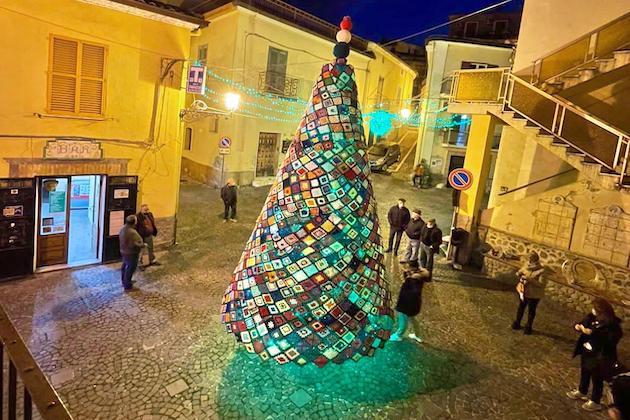 A Cropalati un albero di Natale realizzato all'uncinetto