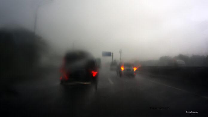 immagine di smog e traffico